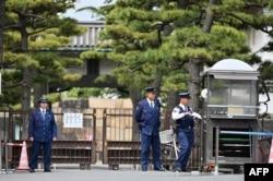 Polisi berjaga di pintu masuk halaman Istana Kekaisaran di Tokyo, 29 April 2019, sehari sebelum upacara turun takhta Kaisar Jepang Akihito.