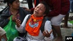 Seorang perempuan menangis, menunggu Tim SAR yang sedang mencari keluarganya di Palu.