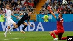 Hrvatski fudbaler Ivan Perišić postiže odlučujući gol za svoj tim u duelu protiv Islanda (Foto: AP/Vadim Ghirda)