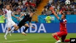 ایوان پریسیچ، با پیراهن سیاه، بازیکن کروشیایی که دومین گول تمیش را وارد دروازۀ آیسلند کرد.
