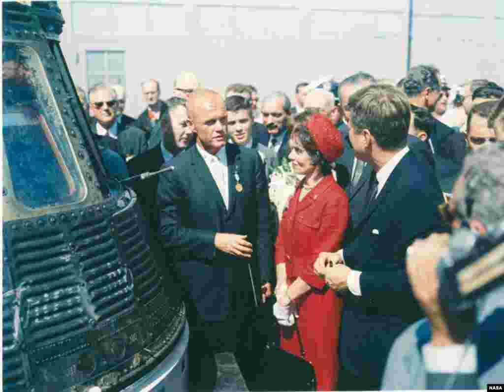 John Glenn, junto a su cápsula espacial Friendship 7 y al presidente John F. Kennedy.