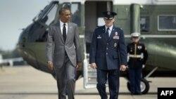 Presiden Barack Obama berjalan menuju pesawat kepresidenan Amerika, Air Force One di bandara militer Andrews di Maryland (27/8).