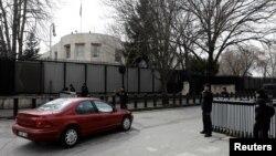 Турецкая полиция перекрыла дороги вокруг посольства США в Анкаре. Турция. 5 марта 2018 г.