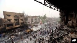 在卡拉達區的爆炸事件後,伊拉克安全部隊和平民聚集在現場