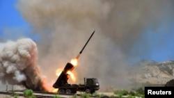 북한 군의 미사일 발사 훈련 장면을 15일 조선중앙통신이 공개했다.