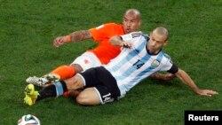 Trong trận bán kết World Cup 2014, cầu thủ Javier Mascherano của Argentina đã va đầu vào một cầu thủ Hà Lan, và phải ra ngoài biên nằm hai phút mới trở lại sân được.