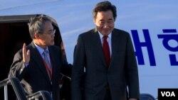 韩国总理李洛渊(右)抵达俄罗斯符拉迪沃斯托克出席东方经济论坛。(2018年9月10日)