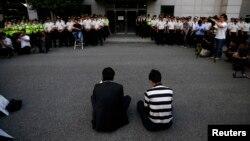 Thành viên gia đình của các nạn nhân trong thảm họa chìm phà Sewol ngồi trước nơi các thành viên phi hành đoàn bị giam giữ.
