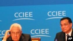 基辛格博士(左)与中国副总理李克强(右)上个月在北京出席第二届全球智库峰会