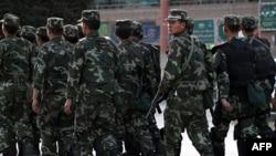 Cảnh sát vũ trang tuần tra khu vực người sắc tộc Uighur ở Kashgar, tỉnh Tân Cương (ảnh tư liệu ngày 4 tháng 8, 2011)