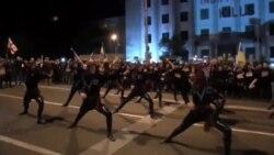 رقص اعتراضی شهروندان گرجستانی مقابل سفارت روسیه در تفلیس