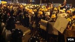 數千香港學生市民聚會與警方對峙 (美國之音海彥 拍攝)