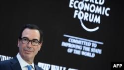 امریکی وزیر خزانہ اسٹیون منوشن ڈیووس میں ہونے والے ورلڈ اکنامک فورم میں تقریر کر رہے ہیں۔