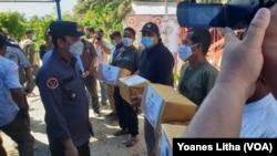 Kepala BNPT Komjen Boy Rafli Amar saat menyerahkan bingkisan bagi perwakilan mantan narapidana terorisme di Desa Tiwa'a, Kabupaten Poso, Sulawesi Tengah, Rabu (28/7/2021). (Foto: VOA/Yoanes Litha)
