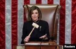 ប្រធានរដ្ឋសភាសហរដ្ឋអាមេរិក លោកស្រី Nancy Pelosi កាន់ញញួរឈើខណៈដែលលោកស្រីធ្វើជាប្រធាននៃសម័យប្រជុំរដ្ឋសភាដែលបានអនុម័តជាផ្លូវការបទចោទពីរករណីដើម្បីដកលោកប្រធានាធិបតី Donald Trump ពីតំណែង នៅសាលប្រជុំរដ្ឋសភាក្នុងរដ្ឋធានីវ៉ាស៊ីនតោន កាលពីថ្ងៃពុធ ទី១៨ ខែធ្នូ ឆ្នាំ២០១៩។