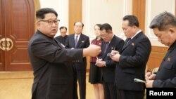 Лидер КНДР Ким Чен Ын (слева)