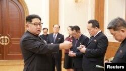 김정은 북한 국무위원장이 한국 평창동계올림픽 개회식에 참석하고 돌아온 고위급 대표단 보고를 받았다고, 조선중앙통신이 지난 13일 보도했다.