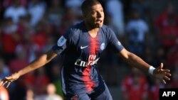 L'attaquant français du PSG Kylian Mbappe après avoir marqué son troisième but lors du match de football français contre Nîmes, le 1er septembre 2018.