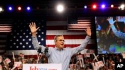 លោក Jeb Bush អតីតអភិបាលរដ្ឋ Florida ឡើងលើឆាកនៅខណៈលោកប្រកាសជាផ្លូវការចូលរួមប្រកួតប្រជែងតំណែងប្រធានាធិបតីសហរដ្ឋអាមេរិក នៅទីក្រុង Miami កាលពីថ្ងៃទី១៥ ខែមិថុនា ឆ្នាំ២០១៥។