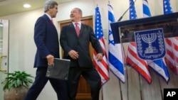 El secretario de Estado, John Kerry, y el primer ministro israelí, Benjamin Netanyahu, caminan hacia el podio donde leyeron un comunicado conjunto.