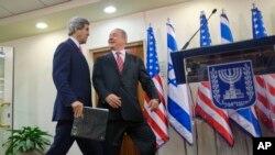 2013年12月5日,美国国务卿克里(左)和以色列总理内塔尼亚胡一道走向耶路撒冷以色列总理办公室宣读共同声明。