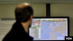 Seorang melihat layar komputer Uni Eropa 'Eurocontrol' di Brussels, Belgia (18/3). Para peretas menyerang sistem komputer Komisi Uni Eropa sebelum KTT dua hari di Brussels.
