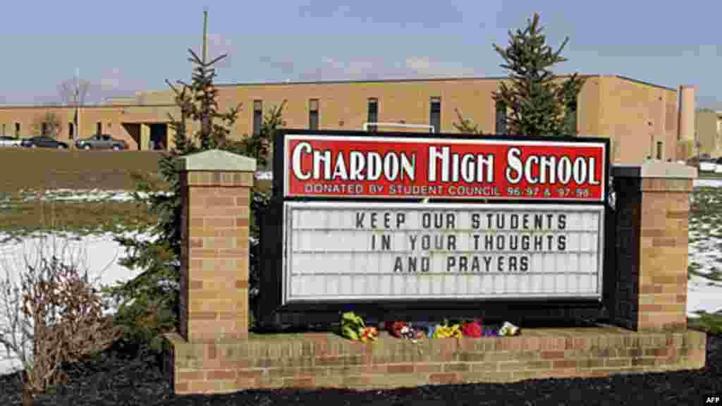 Bouquets de fleurs devant le lycée de Cardona dans l'Ohio, où un homme armé à tirer sur des élèves dans la cafétéria de l'école . Bilan deux morts et trois blessés. 28 février 2012
