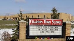 Buketi cveća kod znaka ispred srednje škole u Čardonu u Ohaju, gde je napadač krenuo da puca na djake u školskoj kafeteriji na početku školske nedelje. Dva djaka su poginula a troje je prebačeno u bolnicu. Arhivski snimak od 28. februara 2012.