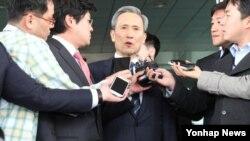 지난 22일 국방부를 나서며 기자들의 질문에 답하는 김관진 장관. (자료사진)