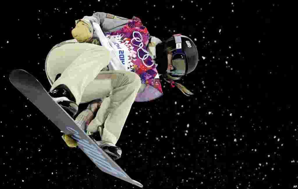 12일 미국의 케이트린 페링톤 선수가 여자 스노우보드 하프파이프 준결승에서 경기를 펼치고 있다.