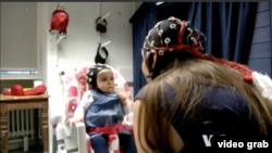Gelombang otak orang dewasa dan bayi selaras pada saat mereka saling memandang sambil menyanyikan lagu anak-anak. (Photo:VOA/Videograb)
