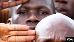 Para pendukung Laurent Gbagbo mendaftarkan diri bergabung dengan pasukan militernya di Abidjan (22/3).