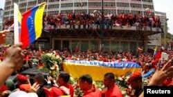 Linh cữu nhà lãnh đạo quá cố Hugo Chavez đi qua các con phố ở thủ đô Caracas.