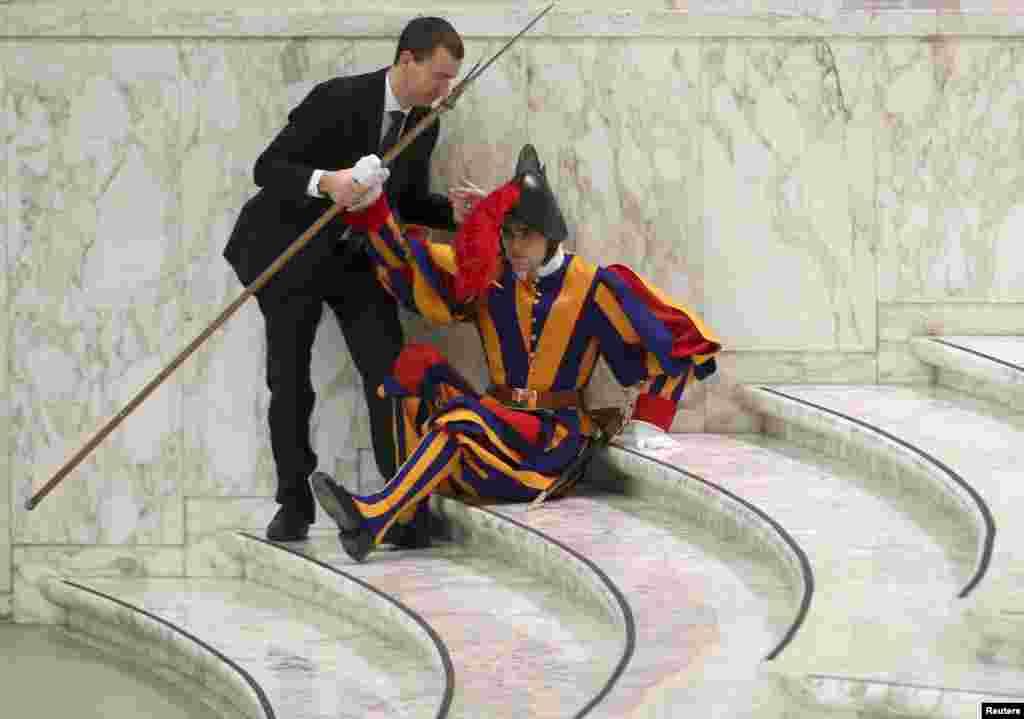 바티칸 바오로 6세 알현실에서 현 프란치츠 교황의 주례 알현식을 앞두고 쓰러진 근위병이 주변의 도움을 받고 있다.