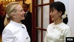 Hillary Clinton y la líder pro-democracia Aung San Suu Kyi se estrecharon la mano mientras conversaban con los periodistas.