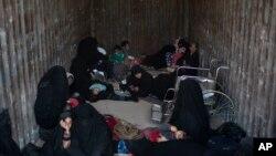 IS 최후 거점인 시리아 동부 바구즈에서 여성들과 아이들이 트럭을 타고 도시를 탈출하고 있다.