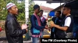 Kru Rau FM Padang Sidempuan membagikan nasi bungkus Jumat, 29 Maret 2019 pagi. (courtesy: Rau FM)