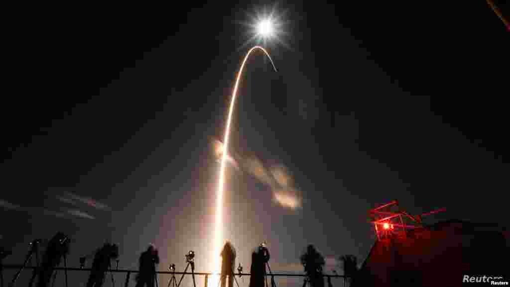미 항공우주국(NASA)과 유럽우주국이 개발한 태양 탐사선 '솔라 오비터'가 미국 플로리다주 케이프 캐너버럴 공군기지에서 '아틀라스 5' 발사체에 실린 채 하늘로 솟아오르고 있다.