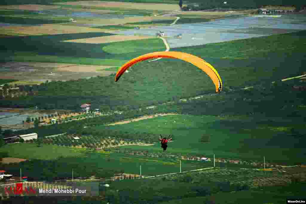 چتربازی در ارتفاعات بهشهر عکس: مهدی محبی پور