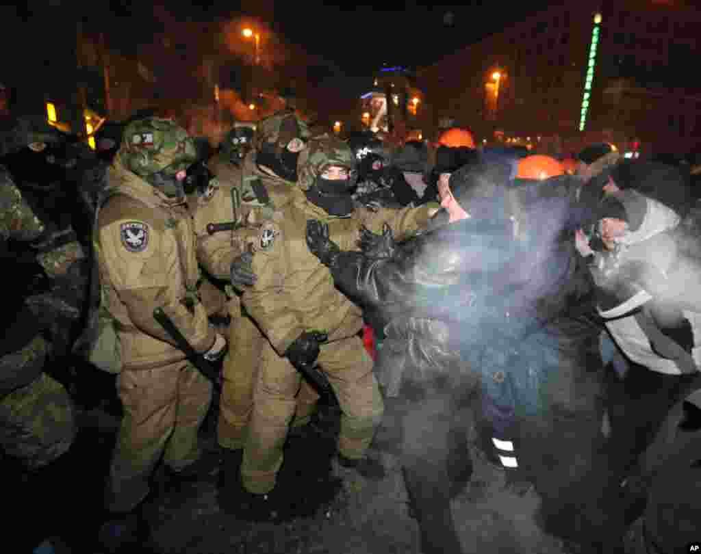 پلیس ضدشورش فعالان معترض را از اردوگاهشان در میدان استقلال بیرون می کشد.