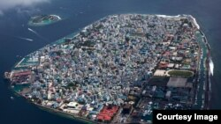 La hausse des niveaux d'eau menacent plusieurs îles , comme les Maldives , photographié ici . ( Photo gracieuseté Geo , COP21.gouv.fr )