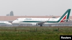Des avions d'Alitalia s'apprêtent à décoller de l'aéroport de Linate à Milan, Italie, le 10 octobre 2013.