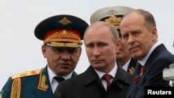 Александр Бортников на Кремлевской трибуне рядом с Владимиром Путиным и Сергеем Шойгу