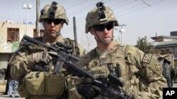 Binh sĩ Hoa Kỳ thuộc Lực lượng Hỗ trợ An ninh Quốc tế (ISAF) đứng gác tại hiện trường 1 vụ tấn công tự sát ở Kandahar, phía nam thủ đô Kabul, Afghanistan, 5/2/2012