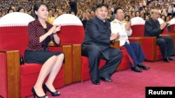 Ibu negara Korea Utara, Ri Sol-Ju (kiri) menghadiri sebuah konser bersama suaminya, Kim Jong Un di Pyongyang (foto: dok).