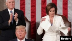 Nancy Pelosi (D), mokambi ya ndako ya bakeli mibeko azali kopasola lisikulu lya mokonzi ya mboka (C) Donald Trump na Congrès, Capitole, Washington, 4 février 2020.