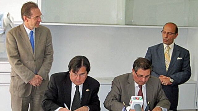 VOA Director Designate David Ensor and Afghan Minister of Information and Culture Sayed Makhdoon Raheen look on as new VOA agreement with RTA is signed.