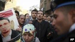 埃及示威者2月2日在开罗的议会前举行抗议