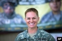 지난 2015년 리사 재스터 미군 예비역 소령이 미국 조지아주 포트 베닝 육군훈련센터에서 훈련을 마치고 미소를 짓고 있다. (자료사진)