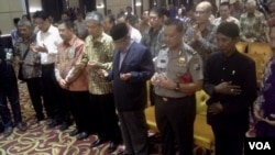 K.H. Said Aqil Siradj and others pray together for the Indonesian nation at an interfaith dialog held by the Alliance of Arek Suroboyoin in Surabaya, May 18, 2017. (P. Riski/VOA)